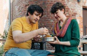 Surya und Nils begutachten Currypulver