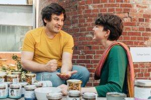 Surya und Nils probieren Cashewkerne