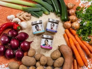 Renukas, Minas und Jancys Curry mit Reis und Gemüse präsentiert