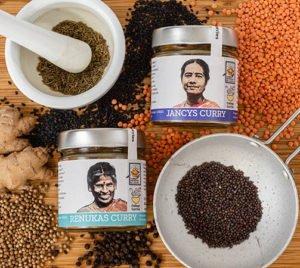 Renukas und Jancys Curry mit Hüslenfrüchten und Gewürzen präsentiert