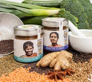 Renukas und Jancys Curry mit Gemüse und Hülsenfrüchten präsentiert