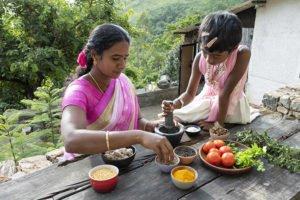 Jancy und Helans Schwester bereiten Gewürze für das Essen vor