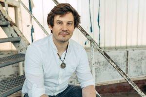 Nils Lalleike - College Curries - sitzt auf Treppe