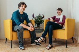 Surya und Nils im Wohnzimmer des Coworking-Spaces